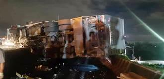 國道1號大貨車爆胎翻覆2人受傷 爆破胎片又砸損小客車