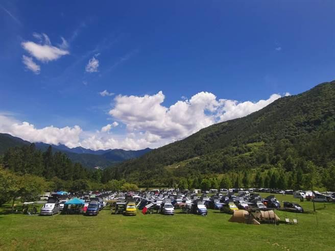 110輛露營車開進武陵農場陽光草原舉辦車聚活動,引發影響國家公園生態疑慮,也有遊客質疑農場管控不力。(民眾提供/王文吉台中傳真)