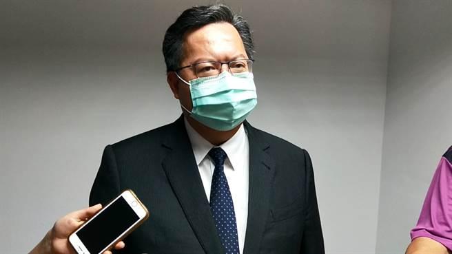 桃園市長鄭文燦5日主持市政會議時並未戴上口罩,不過6日時口罩已經戴上。(賴佑維攝)