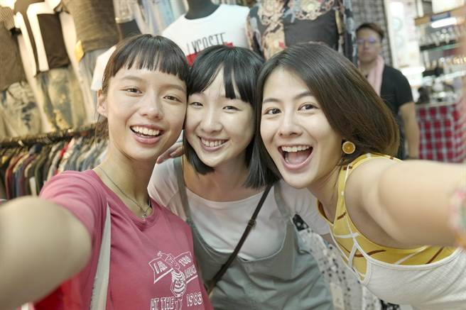 王渝屏(左起)、劉主平、姚亦晴在片中是同一個小圈圈的朋友。(双喜提供)