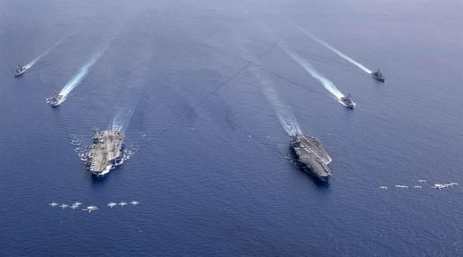美軍雷根號與尼米茲號雙航母戰鬥群(圖)整個7月月都在南海進行演習,外界憂心可能會與大陸擦槍走火爆發軍事衝突。(圖/美聯社)