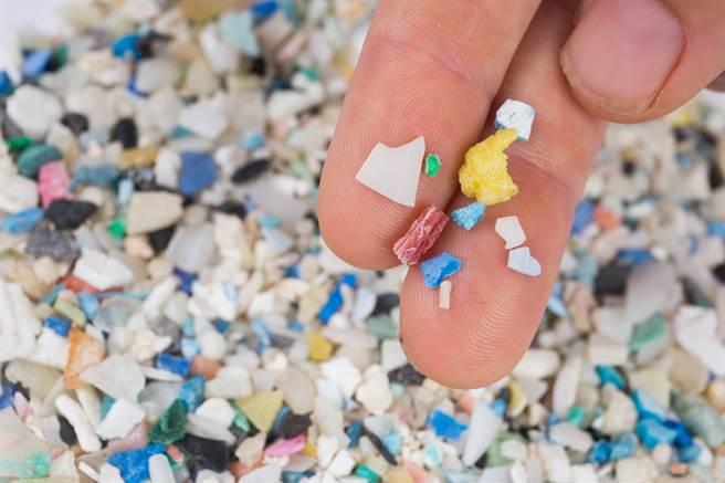 崩解的塑膠顆粒,只是變得細碎,而無法被徹底分解,形成很難看見的嚴重污染物質。(圖/Florida Sea Grant)