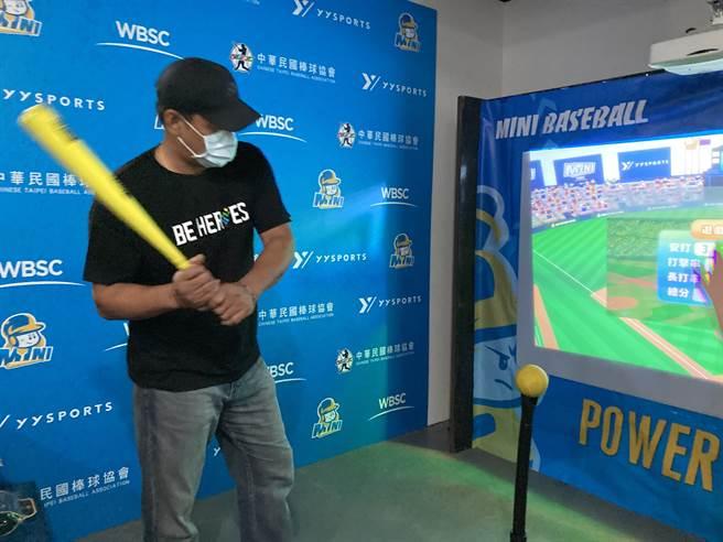 陳金鋒參觀台灣運動產業博覽會,體驗了MINI BASEBALL迷你棒球。(鄧心瑜攝)