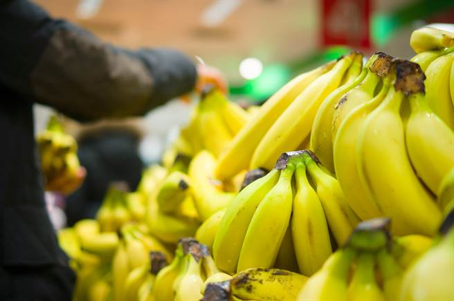超市香蕉区惊见褐色巨物 咬一口「一柱擎天」4小时(示意图/达志影像)