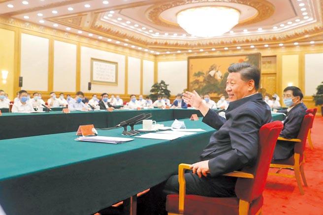7月21日,大陸國家主席習近平在京主持召開企業家座談會並發表講話,迎向「內循環經濟」的挑戰。(新華社)
