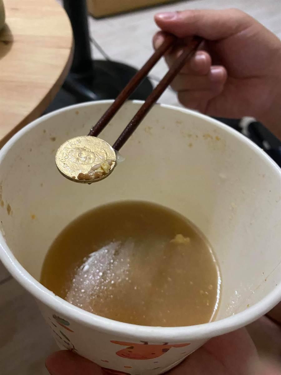 女網友在麵裡夾到一枚50元硬幣,哭笑不得,苦中作樂說自己只花15元買麵 (圖/爆怨公社)