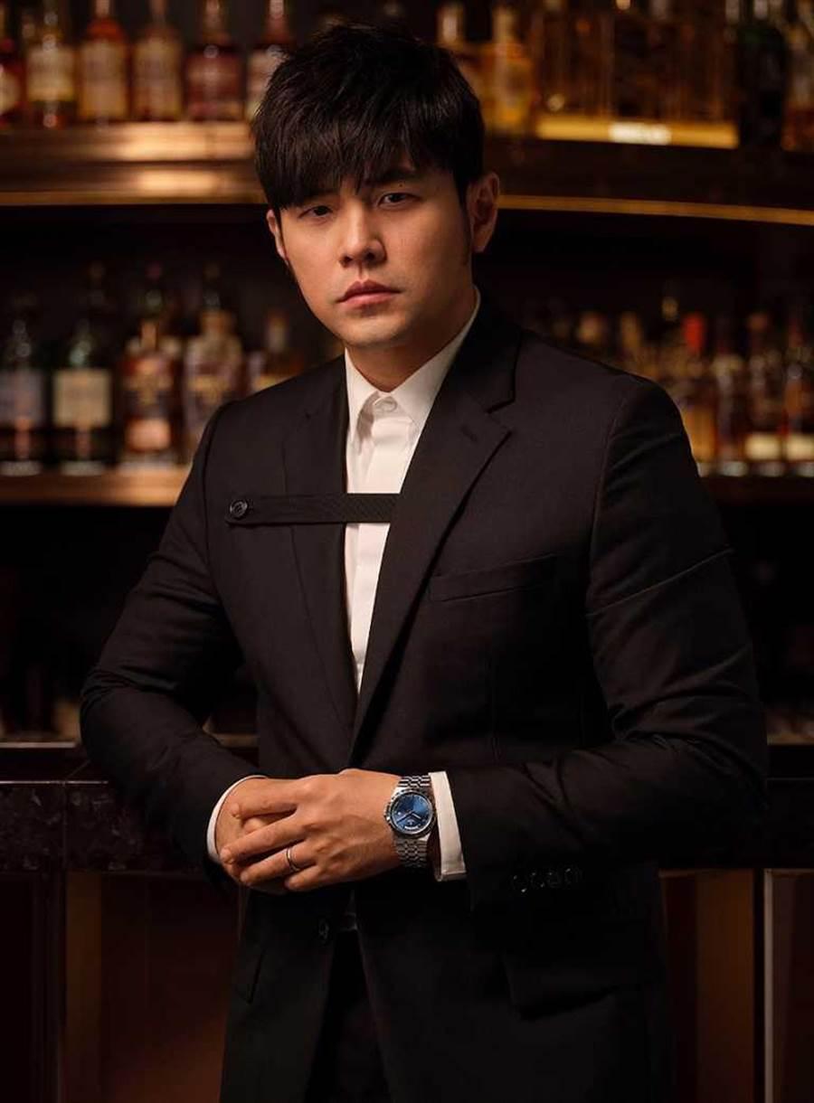 帝舵表全球代言人周杰伦,以黑身正装搭配全新TUDOR「Royal皇家系列」腕表,「爸」气演绎绅士风范。(图╱TUDOR提供)