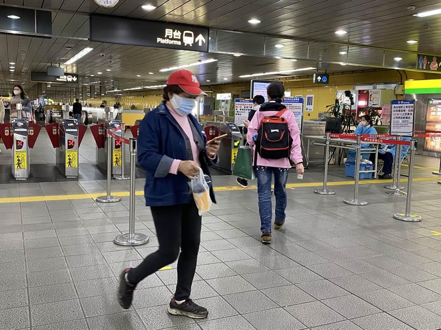 北捷今起搭乘須全程配戴口罩,拒絕配合者最高可罰1萬5千元。(本報社資料照片)