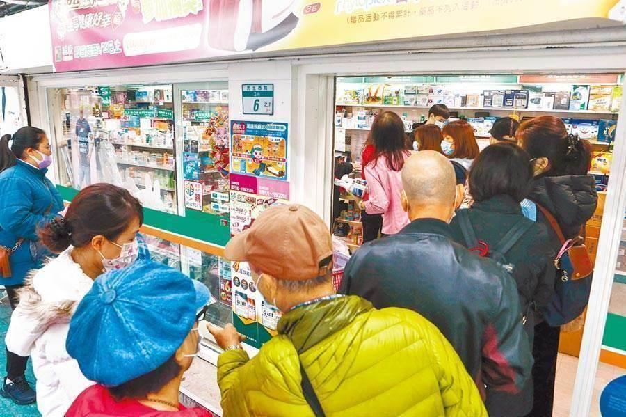 民眾湧入藥局,許久未見的口罩購買潮再度出現。(資料照)