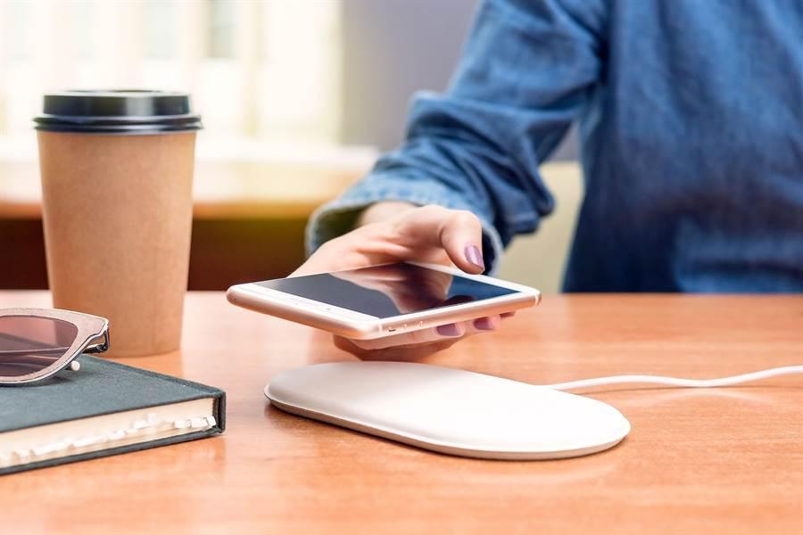 現在許多手機都支援無線充電,但是體驗不佳。蘋果可能計畫著手解決。(圖/Shutterstock)