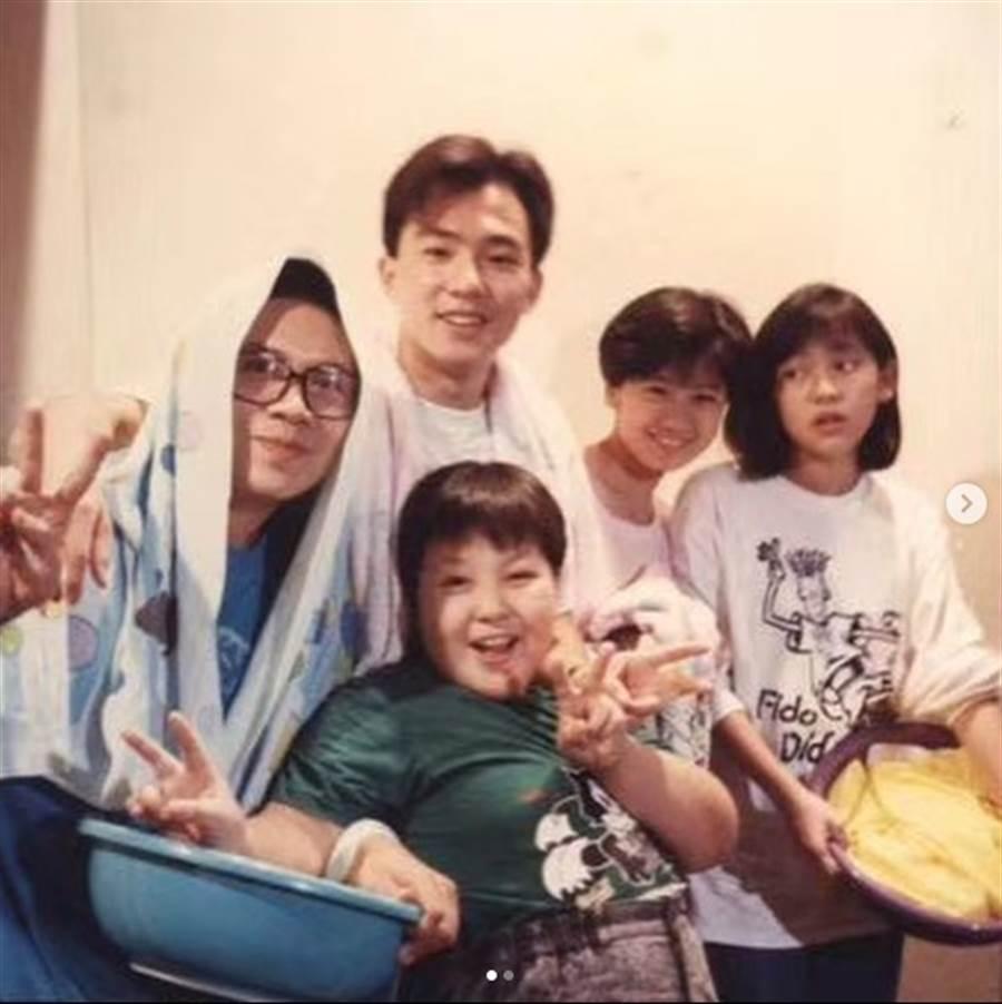賈靜雯曝光30年前的《佳家福》演員群合影,左起許傑輝、劉畊宏、賈靜雯、蔡燦得。(圖/IG@alyssachia)