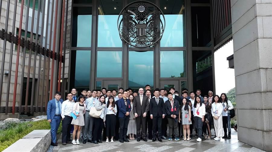 國民黨主席江啟臣、革命實踐研究院院長羅智強,今早帶領革實院學員到美國在台協會參訪。(革實院提供)