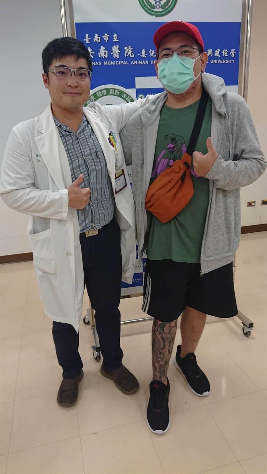 鄭男到安南醫院感謝手術醫師方啟榮。(程炳璋攝)