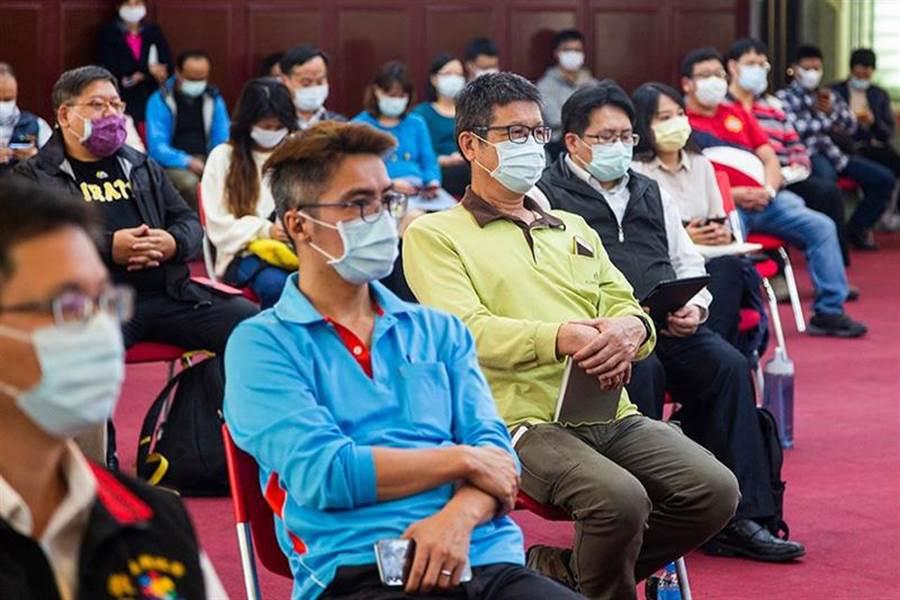 民眾應持續配合中央防疫新措施,於八大場所時應配戴口罩,落實社交距離及做好個人衛生防護。(花蓮衛生局提供/羅亦晽花蓮傳真)