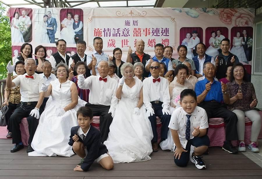 雲林縣麥寮鄉「千歲世紀婚禮」,12對長者拍婚紗照圓夢。(張朝欣攝)
