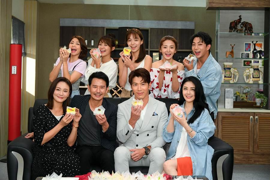 《天之驕女》演員群吃大福慶功。(三立提供)