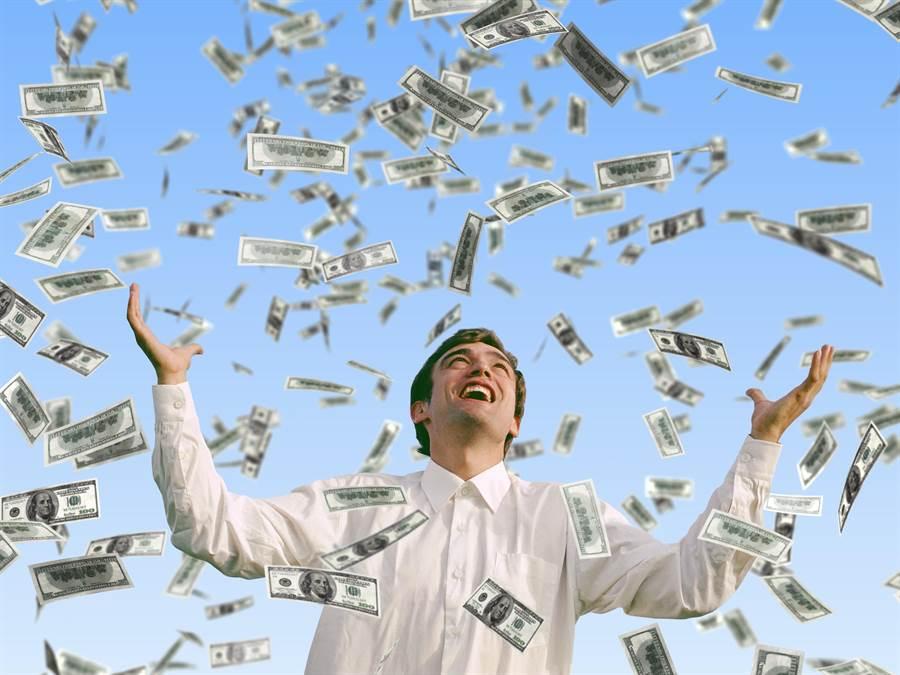 有網友不解表示「真有人願意為了15億和同事撕破臉嗎?」網議論紛紛,更曝私吞獎金的驚悚下場。(圖/Shutterstock)