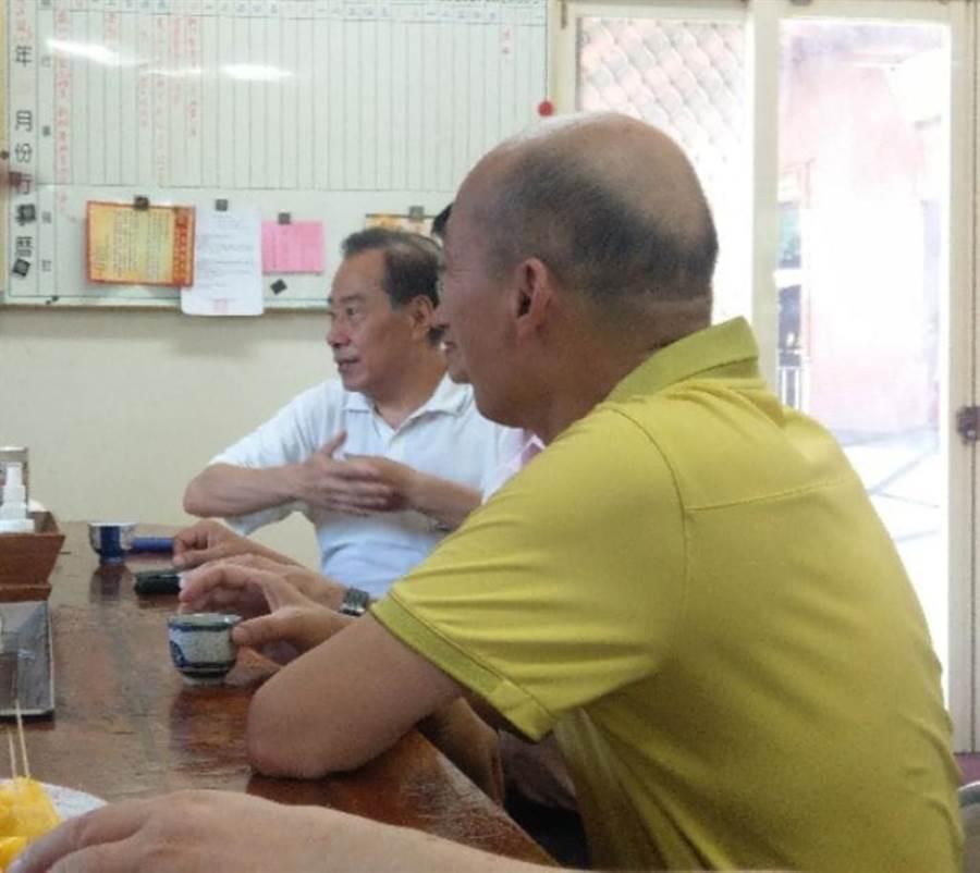 有網友拍到韓國瑜野生照,稱韓國瑜正與友人喝咖啡。(翻攝臉書社團「謝龍介之友會」 )