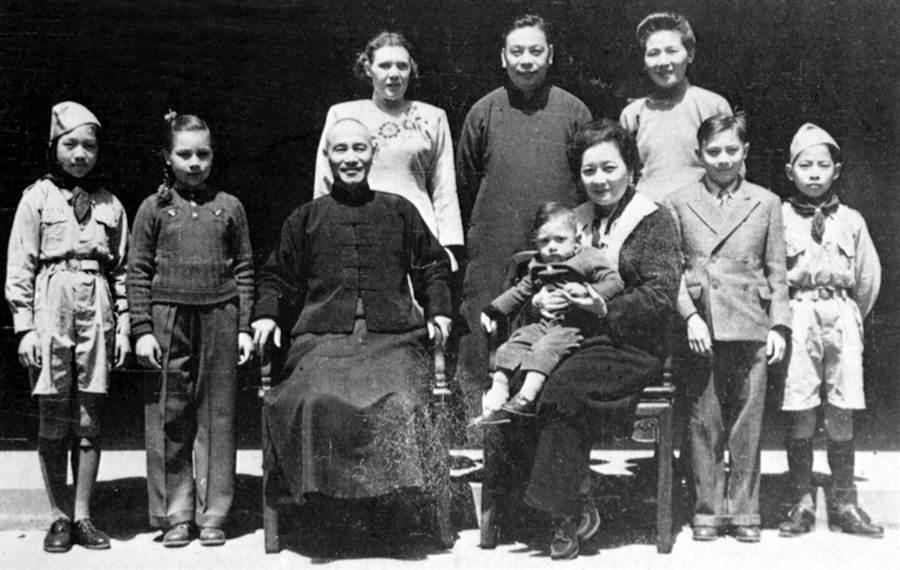 1947年4月,蔣介石和夫人宋美齡與蔣經國全家在浙江奉化溪口合影。(新華社資料照片)