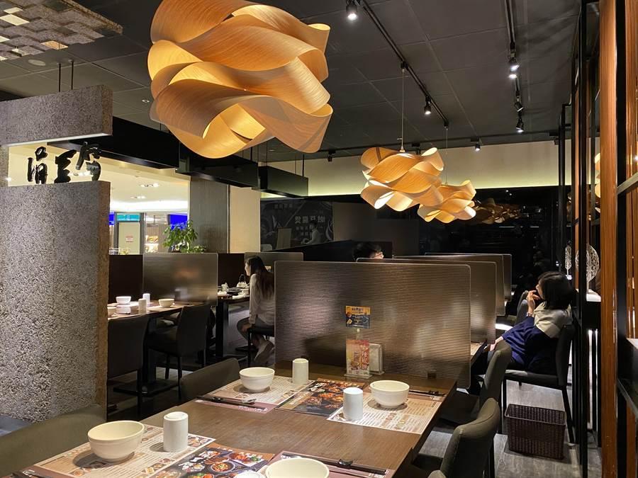 「涓豆腐」餐廳至今仍採最高防疫措施,每桌皆有隔板。(豆府餐飲集團提供)