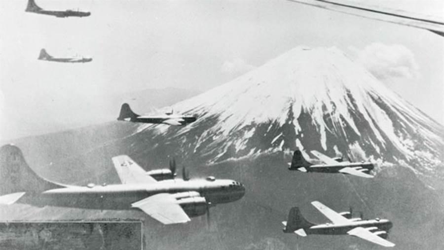 B-29飛過日本富士山,這是二戰後期,日本民眾最恐懼的東西。(圖/美國國會圖書館)