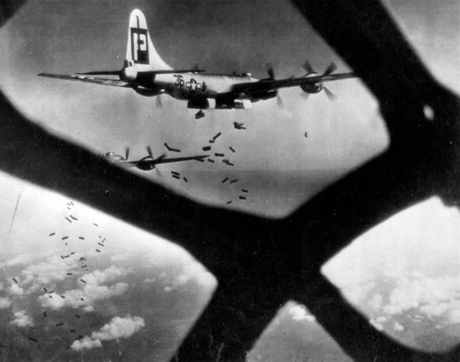 B-29的航程與載彈量,使日本無法招架。(圖/美國國會圖書館)