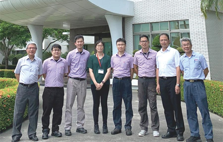 長興材料技術長(左一)、營運長(右二)、研究所所長(右一)與研發團隊同仁合影。圖/業者提供