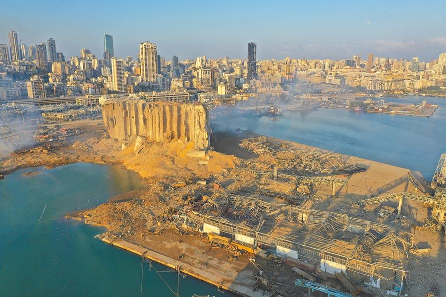 爆炸發生後,無人機拍攝的照片顯示,港口大片地面坍塌,被海水淹沒,方圓10公里內的建築物也受損嚴重。(美聯社)
