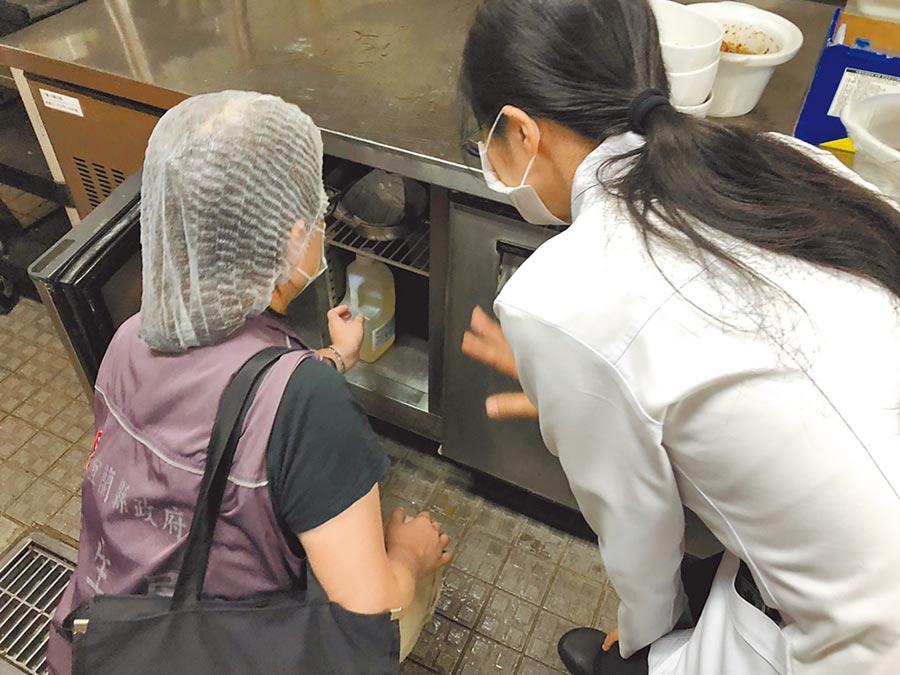 傳出疑似集體食品中毒事件後,宜蘭縣衛生局人員前往礁溪老爺酒店採集檢體。(宜蘭縣政府提供/胡健森宜蘭傳真)