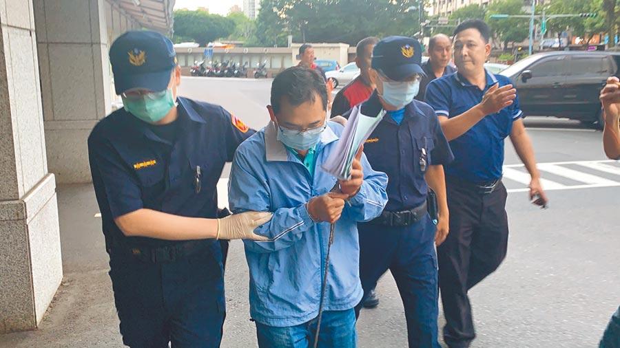 黃永昌戴著口罩,用紙遮住臉,小聲對媒體說,「錢都被助理拿走,自己沒有拿錢」,隨即快步離去。(張睿廷攝)