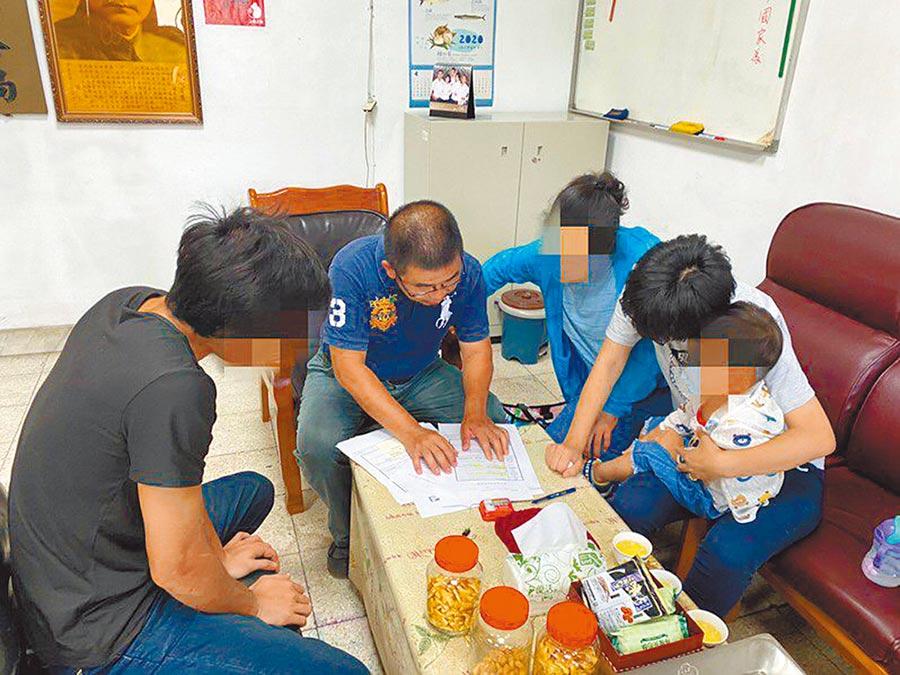 基隆警方比對資料查出3年前在龜山島海域尋獲的無名屍,是住台中的19歲陳姓女子,通知家人指認並比對DNA確認後,領回骨灰罈。(翻攝照片/吳康瑋基隆傳真)