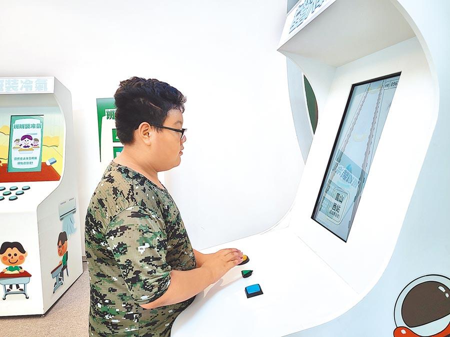 陳其邁競選總部推出互動式遊戲機台,讓民眾邊玩邊了解政策。(陳其邁競辦提供/曹明正高雄傳真)