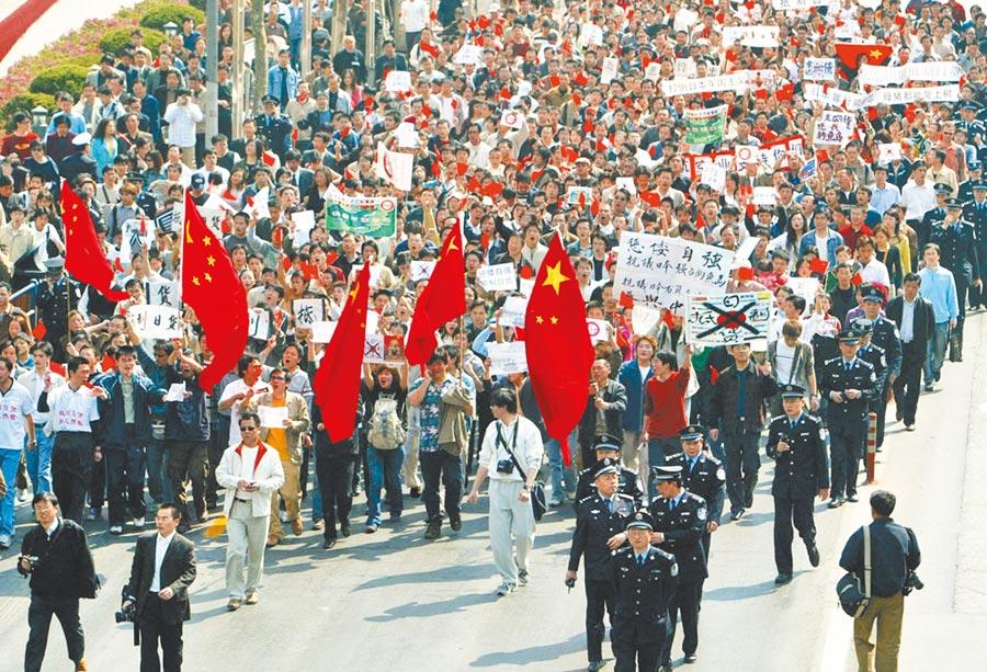 2005年4月16日,上海市中心爆發針對日本竄改教科書大遊行,數萬人參加。(新華社)