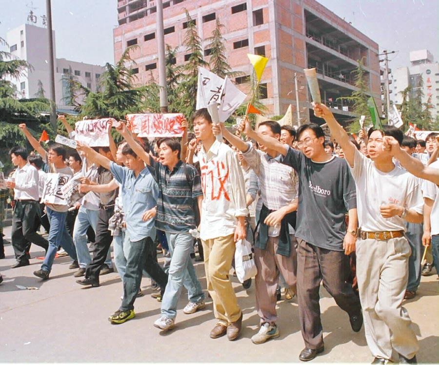 1999年5月9日,抗議大陸駐南斯拉夫大使館遭轟炸,成都大學生在美國駐成都領事館遊行。(新華社)