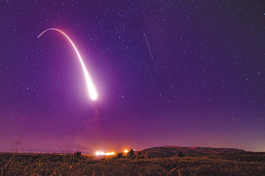 美軍在范登堡空軍基地發射義勇兵-3洲際彈道飛彈。(取自美國空軍官網)