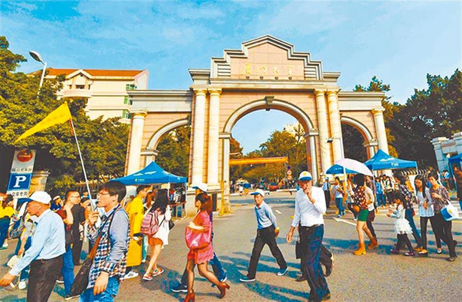 廈門大學校門旁就是南普陀寺,遊客如織。(中新社資料照片)