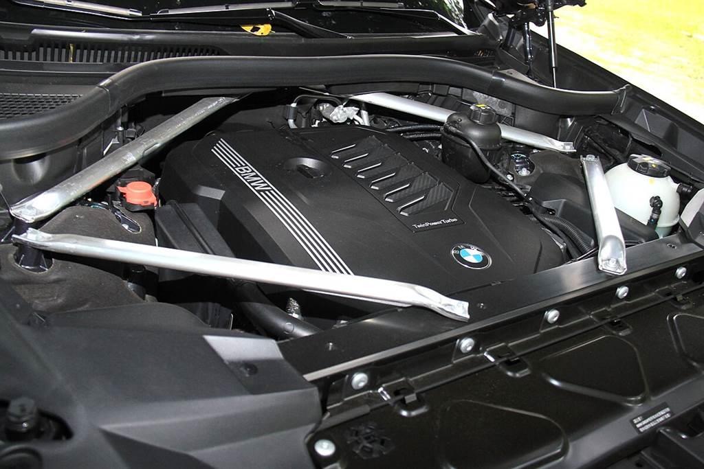 目前引進台灣的X7,只有xDrive40i單一動力規格,其搭載3.0升BMW TwinPower Turbo直列6汽缸汽油引擎與BMW Steptronic運動化八速手自排變速箱,結合HPI高精準燃油缸內直噴、VALVETRONIC汽門揚程可變系統、Double-VANOS雙可變汽門正時系統動力科技以及雙渦流渦輪增壓…等BMW領先技術,最大馬力可達340匹,在引擎轉速僅1,500轉時即可出現450 Nm的優異扭力表現,0-100km/h加速僅需6.1秒。