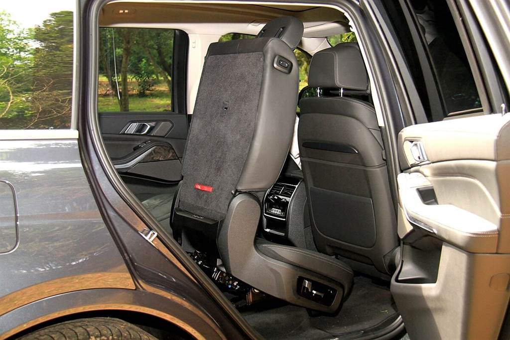 第二排座椅均可電動前後調整達14.5公分,第三排座椅更擁有第五區恆溫空調與獨立天窗,使任何位置都能坐擁如頭等艙般迷人舒適的寬敞空間。