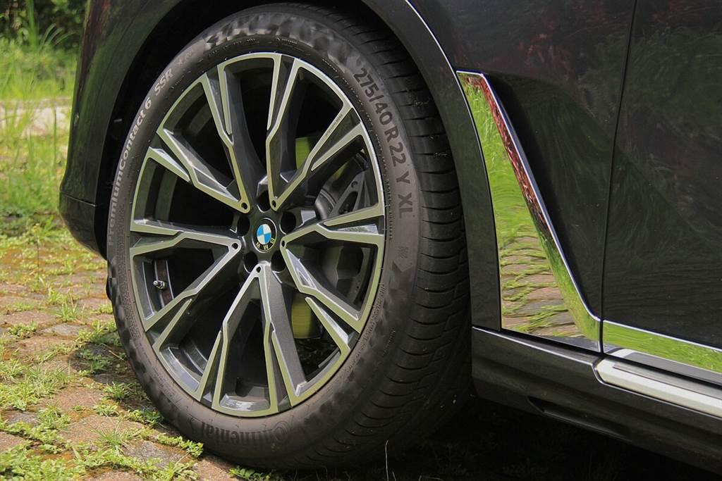 X7 xDrive40i引進台灣的標配輪胎規格,也採用前275/後305的超寬胎,這也是能在彎中享有極佳靈活轉向表現的原因之一,比且起步加速完全沒有重拖的感覺。