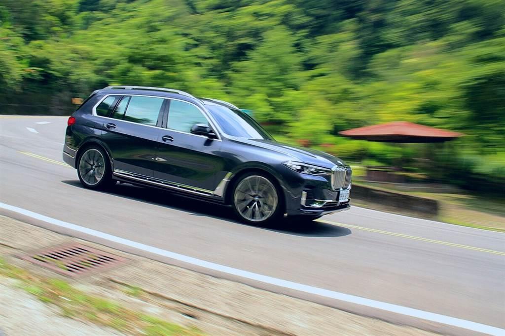使用Sport模式時,車速超過138km/h時,車身高度則會自動降低20mm。另外,透過中控檯按鍵,也可調高40mm的車高,並且行李箱內還有可便利裝載,用以降低車高40mm的功能鍵。