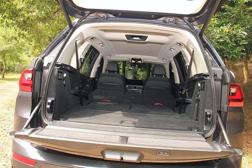 X7行李箱具配326升的容量,在第二、三排座椅全傾倒之後,可創造出最大2,120升容量,成為目前BMW全車款行李空間運用之最。而X7所標配的氣壓式懸吊,可在裝載行李時,透過按鍵降低車高以便於裝載。
