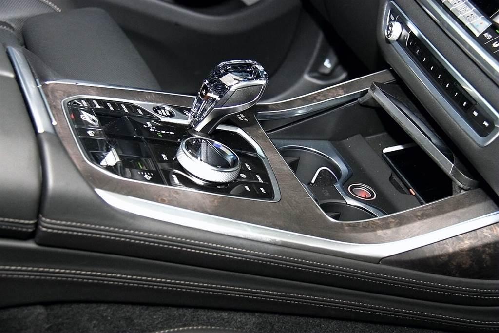 前座置杯架標配冷暖功能,可以把常溫水隔著保特瓶身降溫至有感的冷度,若使用金屬材質水瓶,制冷速度會更快。