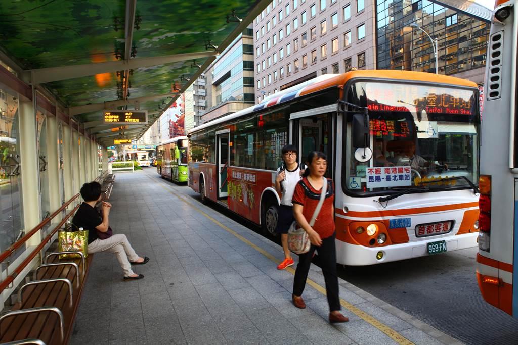 中市女大生发生公车门夹头意外。(仅为示意图/本报系资料照)