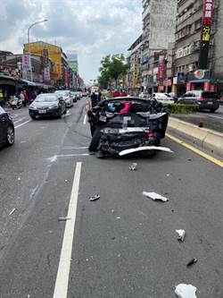 北市公車疑剎車失靈 撞扁前方百萬轎車