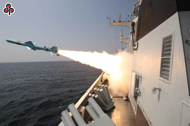 大陸《解放軍報》刊文,美須停止在南海問題上煽風點火。圖為大陸黃石艦實彈射擊情形。(摘自中國軍網)