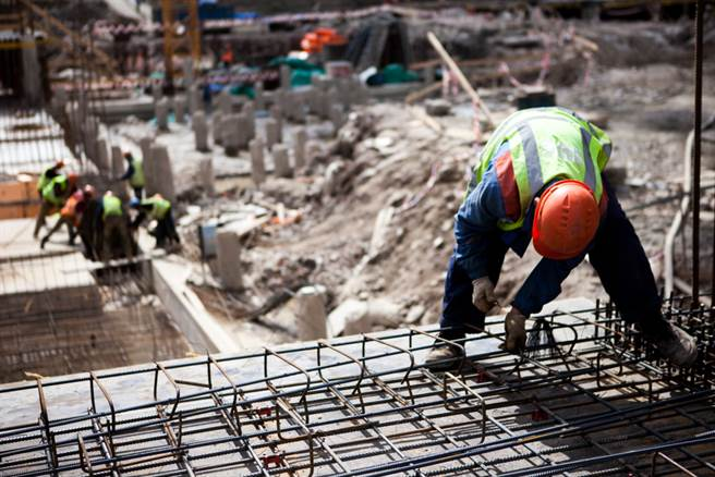 大陸江蘇傳工人遭鋼筋刺穿,但卻意外被救了一命。(示意圖/Shutterstock)