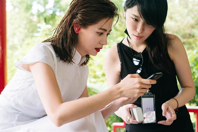 林予晞(左)與形象廣告導演李晏如於拍攝時密切交流影片靈感。(台北市電影委員會提供)