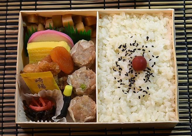 日本百年老字號〈崎陽軒〉的招牌〈燒賣便當〉,內容除有燒賣外,還有炸雞、筍丁、魚板、玉子燒、昆布、紅薑,以及杏桃乾。(圖/姚舜)