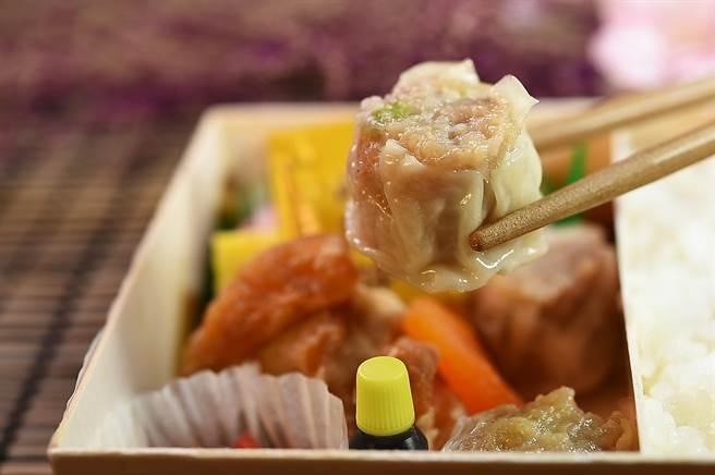 〈崎陽軒〉的〈燒賣〉,內餡是用豬肉與北海道干貝做成,皮薄料豐、一口一個,且冷了也好吃。(圖/姚舜)