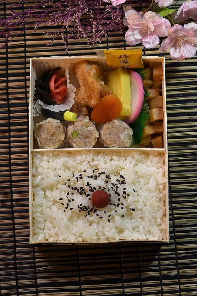〈崎陽軒〉的同仁告訴我,日本人吃〈燒賣便當〉時,最盛行的「擺法」是,菜 餚在上、白飯在下,這跟台灣人吃便當時「橫著擺」的習慣很不一樣。(圖/姚舜)